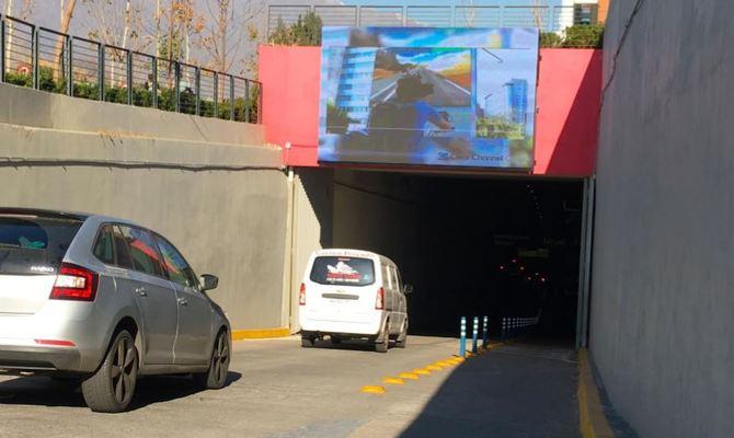 Foto de Pantalla Outdoor  - Acceso norte estacionamiento principal por Padre Hurtado
