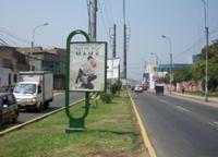 Av. Santiago de Chuco frente a parque.